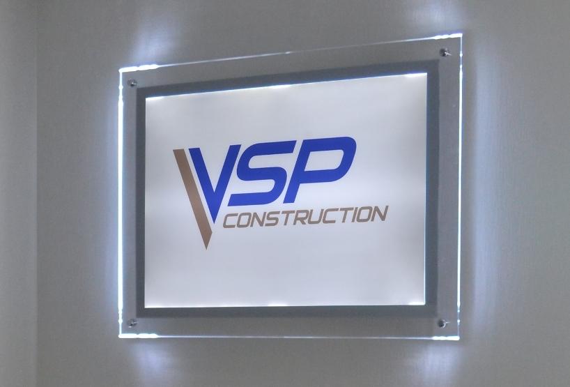 Рекламная конструкция с логотипом и подсветкой